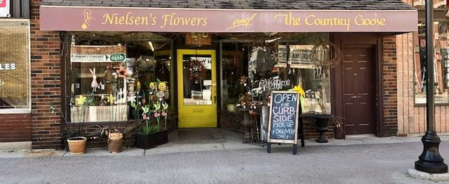 Flower Delivery to Strathroy by Nielsen's Flowers & The Country Goose