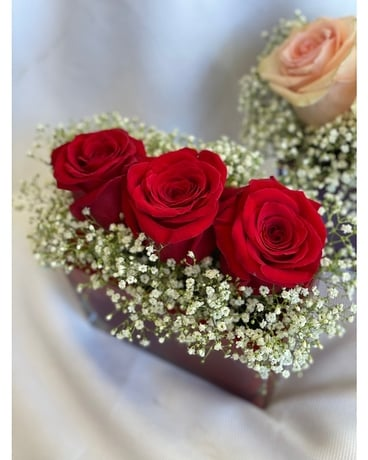 Sweet love with red roses Flower Arrangement