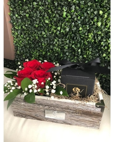 THE ROMANTIC BOX Flower Arrangement