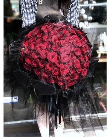 Black veil (99 Roses) Flower Arrangement