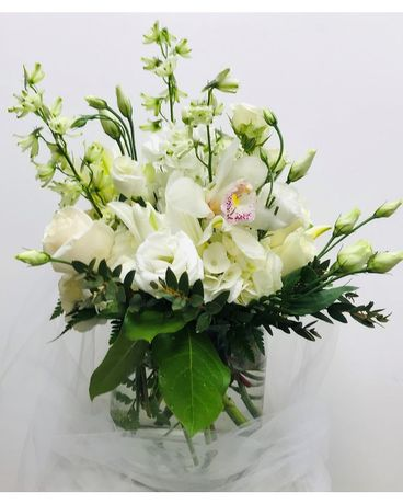 Simple and Pure Flower Arrangement