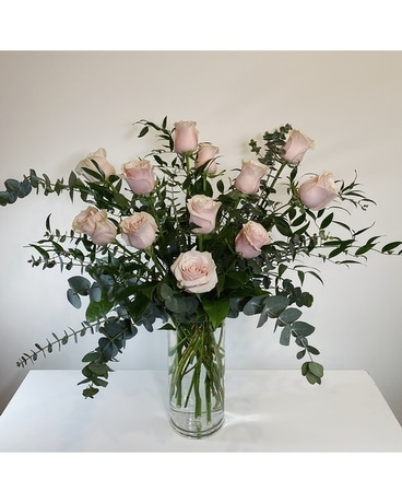 Traditional Dozen Pink Roses Flower Arrangement