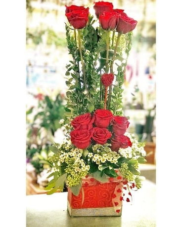 Modern Dozen Roses Flower Arrangement